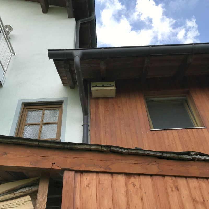 Spatzenhaus unter einem Dach